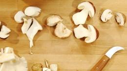 Pilze werden zerteilt, um sie besser zu verarbeiten.