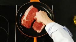 Steaks werden vor dem Garen kurz scharf angebraten.