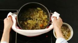 Nach 2-3 Stunden Garzeit kann der Gemüsefond gesiebt werden.