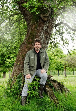 Jérôme-Forget-in-seinem-Apfelgarten-Normandie