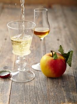 Cidre-und-Calvados-auf-Tisch-Normandie