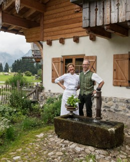 Barbara-und-Bernd-Ebert-vor-Berghotel-Schlossanger-Alp-Allgäu