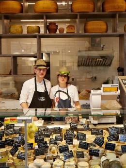 Mercato-Centrale-di-Firenze-Käsetheke-kulinarische-Reise-Florenz
