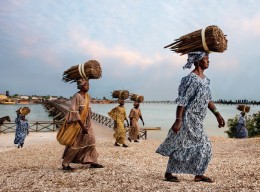 "Lavazza Kalender 2015: ""Women of Fadiouth"" von Steve McCurry"