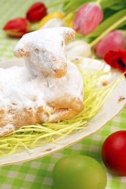 Gebackenes-Osterlamm-mit-Blumen-und-Ostereiern
