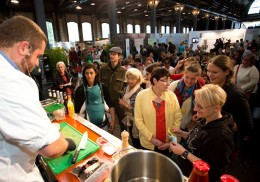 Auf dem Heldenmarkt wird viel geboten: Hier eine vegane Kochshow