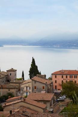 Gardasee-Blick-über-die-Dächer-auf-den-See