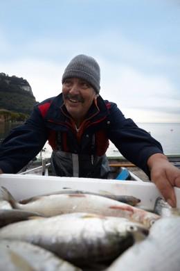 Gardasee-Fischer-mario-mit-frischem-Fang