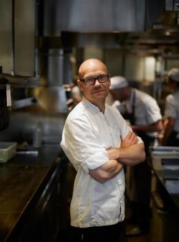 Sternekoch Magnus Erk aus Schweden serviert seine Kreationen auf der International Cooking Summit