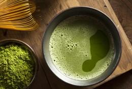 Matcha, Matchapulver, Grüntee, Grünteepulver, grünter Tee, Bambusbesen, Schüssel, aufgeschäumt, japanisch, Japan, Tee-Zeremonie