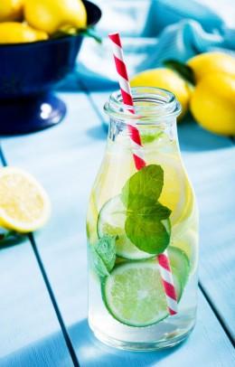 Zitrone, Limette, Wasser, Zitronen-Wasser, Glas, Wasser, Sommer, Abkühlung, Erfrischung
