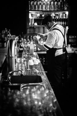 Bartender hinter der Bar Kleines Phi