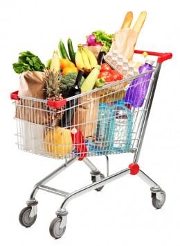 Gut gefüllter Einkaufswagen mit verschiedenen Lebensmitteln und Produkten