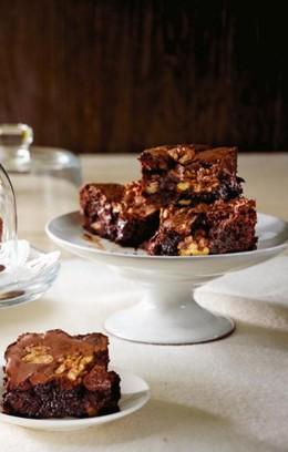 Walnuss-Brownies angerichtet auf einer Tortenplatte