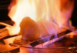 Feuerzangenbowle mit brennendem Zuckerhut