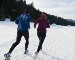 zwei menschen joggen, schnee, winter, kleidung, laufen, sport, bewegung, abwehrkräfte