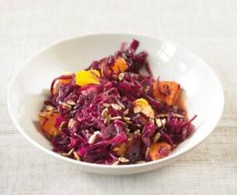 Frischer Rotkohlsalat mit Orangen und Sonnenblumenkernen