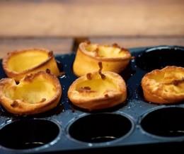 Yorkshire Puddings werden in einem heißen Muffinblech gebacken