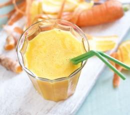 gelber Orangen-Kurkuma-Detox im Glas