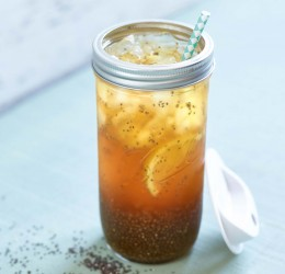 Schwarztee-Chia-Limonade im Glas