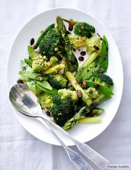 Grünes Gemüse auf einem weißen Teller