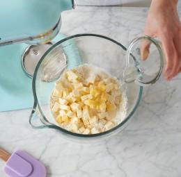 Butterwürfel in einer Rührschüssel