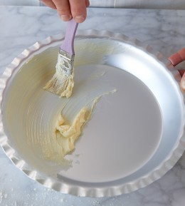 Pie-Form für Blueberry Pie mit Pinsel einfetten