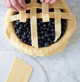 Teigstreifen auf die Füllung legen für Blueberry Pie