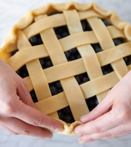 Teigrand andrücken bei Blueberry Pie