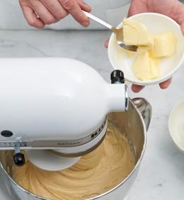 Teig für Bienenstich in Küchenmaschine