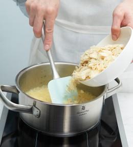 Butter-Honig-Zucker-Mischung für Bienenstich in Kochtopf