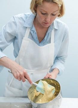 Anne Haupt schlägt Teig für Bienenstich mit einem Teigspatel in einer Schüssel