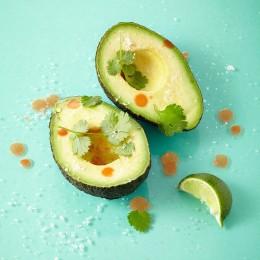 Avocado mit Limettensaft und Koriander