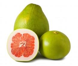 Grüne Pomelo mit rotem Fruchtfleisch
