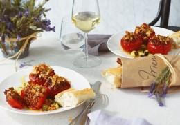 Gefüllte Tomaten mit frischem Baguette und einem Glas Weißwein