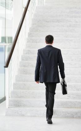 treppen steigen im büro, mann steigt treppe, fit, treppe statt fahrstuhl,