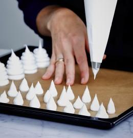Eimasse für Pilzhüte mit Spritztülle auf Backblech spritzen für Zauberwald-Deko, Bûche de Noël