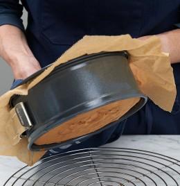 Biskuit aus Kuchenform auf Backgitter stürzen für Lübecker Nusstorte
