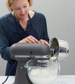 Gelatine-Sahne-Mix in Küchenmaschine aufschlagen für Lübecker Nusstorte