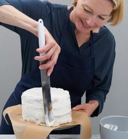 Sahne mit Palette um Torte streichen für Lübecker Nusstorte