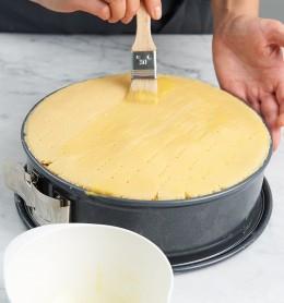 Teigdeckel mit Ei bepinseln für Gedeckter Apfelkuchen