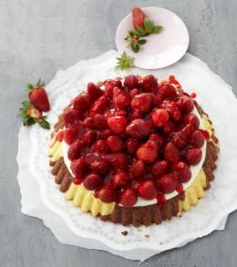 Marmorierter Erdbeerkuchen mit vielen frischen Erdbeeren
