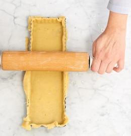 Teig in Tarteform mit Rollholz begradigen für Tarte au citron