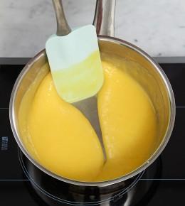 Feste Eimischung im Topg mit Spatel für Tarte au citron