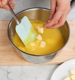 Butterwürfel in fester Eimischung in Schüssel für Tarte au citron