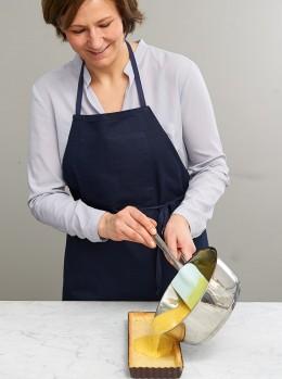 MArion Heidegger gießt Eimischung aus dem Topf in Tarteform für Tarte au citron