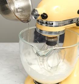 Sirup in Eischnee rühren in der Küchenmaschine für Tarte au citron