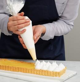 Baisertupfen auf Tarte mit Spritztülle für Tarte au citron