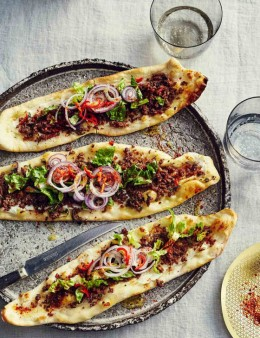 Frisch aus dem Ofen: Fladenbrot mit Hackfleisch