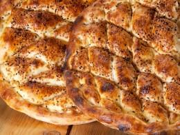 Türkisches Fladenbrot, Pide, frisch aus dem Ofen